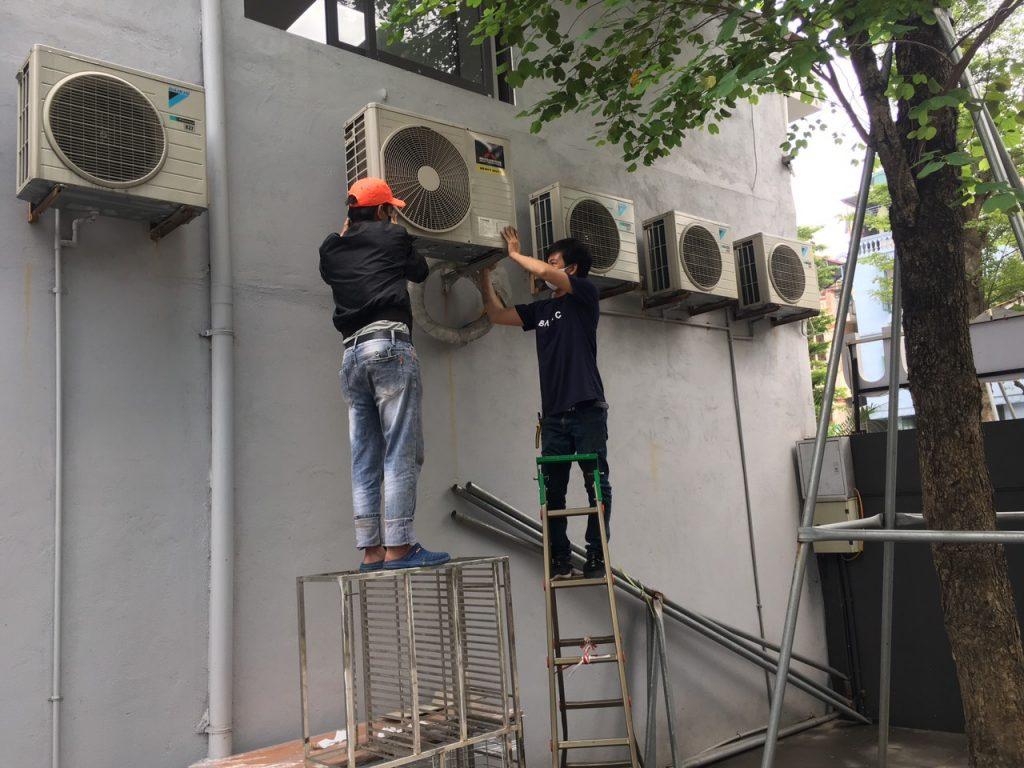 Nhân viên thực hiện tháo lắp điều hòa