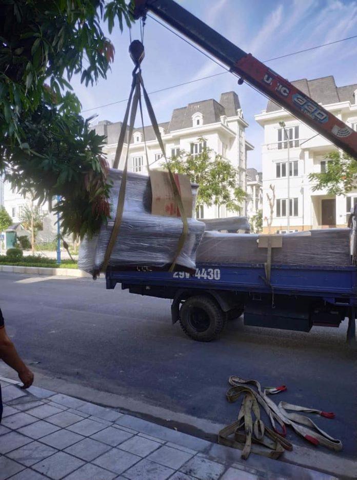 Xe cẩu hỗ trợ vận chuyển đồ đạc